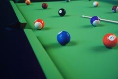 sport di ricreazione dell'illustrazione 3D Palle di biliardo con la stecca sulla tavola di biliardo verde Concetto di sport del b Fotografia Stock
