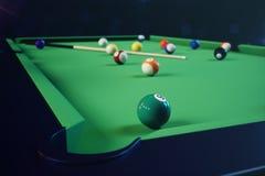 sport di ricreazione dell'illustrazione 3D Palle di biliardo con la stecca sulla tavola di biliardo verde Concetto di sport del b Fotografie Stock
