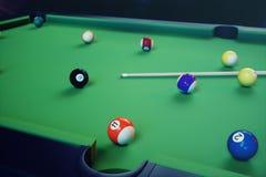 sport di ricreazione dell'illustrazione 3D Palle di biliardo con la stecca sulla tavola di biliardo verde Concetto di sport del b Immagine Stock Libera da Diritti