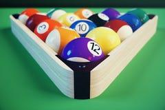 sport di ricreazione dell'illustrazione 3D Palle di biliardo con sulla tavola di biliardo verde Concetto di sport del biliardo Bi Fotografie Stock