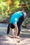 Sport di yoga delle donne in parco immagine stock libera da diritti