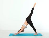 sport Donna di yoga di forma fisica Bella donna di mezza età che fa le pose di yoga La gente di concetto è allenamento nell'yoga, Immagini Stock Libere da Diritti