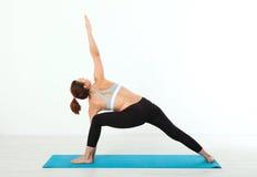 sport Donna di yoga di forma fisica Bella donna di mezza età che fa le pose di yoga La gente di concetto è allenamento nell'yoga, Immagine Stock
