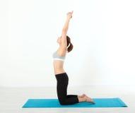 sport Donna di yoga di forma fisica Bella donna di mezza età che fa le pose di yoga La gente di concetto è allenamento nell'yoga, Immagini Stock