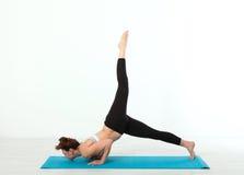 sport Donna di yoga di forma fisica Bella donna di mezza età che fa le pose di yoga La gente di concetto è allenamento nell'yoga, Fotografia Stock Libera da Diritti