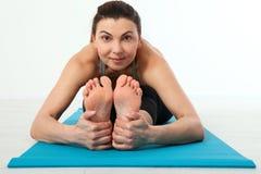 sport Donna di yoga di forma fisica Bella donna di mezza età che fa le pose di yoga La gente di concetto è allenamento nell'yoga, Fotografia Stock