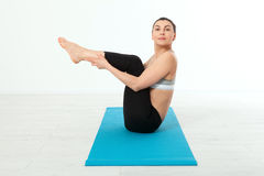 sport Donna di yoga di forma fisica Bella donna di mezza età che fa le pose di yoga La gente di concetto è allenamento nell'yoga, Immagine Stock Libera da Diritti