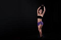 Sport dziewczyna ciągnie ręki wierzchołek czarny tło Zdjęcie Royalty Free
