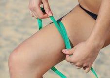 Sport dziewczyna mierzy kwotę noga Rodzaje sporty Zdjęcie Stock