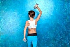 Sport dziewczyna robi treningu ćwiczeniu z dumbbells Strzelać w st zdjęcia royalty free