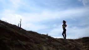 Sport dziewczyny stojaki na Piaskowatym wzgórzu zbiory wideo