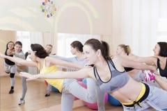 Sport e concetti di Healthlife Un gruppo di cinque giovani femmine caucasiche che fanno allungamento degli esercizi nella classe  Immagini Stock Libere da Diritti