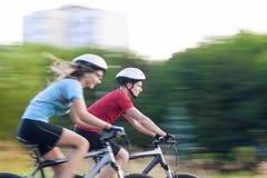 Sport e concetti ed idee di forma fisica: Giovani coppie caucasiche Hav Immagine Stock Libera da Diritti