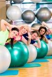 Sport e forma fisica in palestra - diverso gruppo di persone formazione fotografie stock libere da diritti