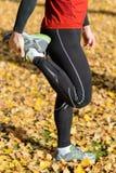 Sport e stile di vita sano che allungano quadriceps Fotografia Stock Libera da Diritti