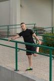 Sport ed allungamento di forma fisica di esercizio del giovane Fotografie Stock Libere da Diritti
