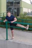 Sport ed allungamento di forma fisica di esercizio del giovane Immagine Stock