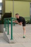 Sport ed allungamento di forma fisica di esercizio del giovane Fotografia Stock