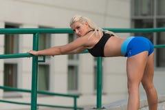 Sport ed allungamento di forma fisica di esercizio della giovane donna Immagine Stock