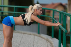 Sport ed allungamento di forma fisica di esercizio della giovane donna Immagine Stock Libera da Diritti