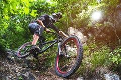 Sport Een fietser op een fiets met een bergfiets in het bos Stock Foto's