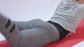Sport, Eignung, Lebensstil, die Eignungsmädchen, die Übungen tun, trägt Mädchen zur Schau stock video