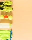 Sport, Eignung, Tennis, gesunder Lebensstil, Sportmaterial Kalken Sie Trainer, Tennisball, kalken Sie athletische kurze Hosen, Sp lizenzfreie stockfotografie
