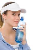 Sport - Eignungausstattungs-Wasserflasche der jungen Frau Stockbild