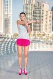 Sport en gezondheid Atletische vrouw in sportkleding die sport doen exerc Stock Fotografie