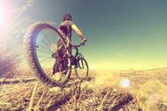 Sport en het gezonde leven Bergfiets en landschapsachtergrond Stock Foto