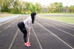 Sport en levensstijlconcept - vrouw die sporten in openlucht doen stock afbeelding