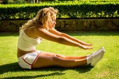 Sport en levensstijlconcept - vrouw die sporten in openlucht doen Stock Afbeeldingen
