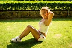 Sport en levensstijlconcept - vrouw die sporten in openlucht doen Stock Foto