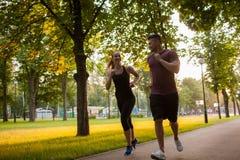 Sport en plein air de famille pulsant ensemble Photographie stock