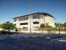 Sport en recreatiecentrum met metaalomheining Stock Foto's