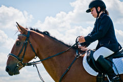 Sport equestre. Salti di esposizione del bambino-cavaliere della ragazza Immagine Stock Libera da Diritti
