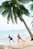Sport, esercitantesi Atleti che allungano le gambe Esercizi, forma fisica Fotografie Stock