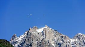 Sport estremi, parapendio sopra il massiccio di Mont Blanc fotografia stock