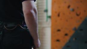 Sport estremo, bouldering Una condizione della persona davanti alla parete rampicante video d archivio