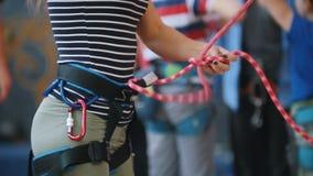 Sport estremo, bouldering Una donna lega le corde della protezione per la scalata video d archivio