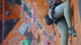 Sport estremo, bouldering Una giovane donna che scala su una parete della roccia video d archivio
