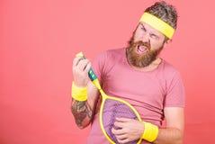 Sport et divertissement de tennis ?quipement barbu de sport d'usage de hippie d'homme Avoir l'amusement Loisirs actifs de tennis  image stock
