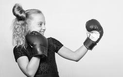 Sport et mode de v?tements de sport Formation avec l'entra?neur combat S?ance d'entra?nement d'enfant de boxeur, forme physique s photographie stock libre de droits