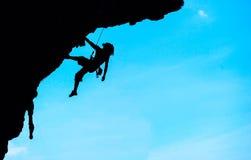 Sport extrême Le roche-grimpeur pendant la conquête de roche Image stock