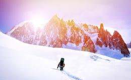 Sport extrême Randonneurs solitaires en montagnes d'hiver image stock