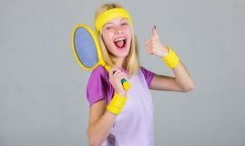 Sport für Instandhaltungsgesundheit Athletengriff-Tennisschläger in der Hand Tennisvereinkonzept Aktive Freizeit und Liebhaberei  stockbilder