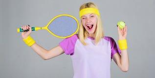 Sport f?r Instandhaltungsgesundheit Aktive Freizeit und Liebhaberei Athletengriff-Tennisschl?ger in der Hand auf grauem Hintergru lizenzfreies stockbild