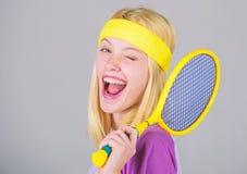Sport f?r Instandhaltungsgesundheit Athletengriff-Tennisschl?ger in der Hand auf grauem Hintergrund Tennisvereinkonzept Aktive Fr lizenzfreie stockbilder