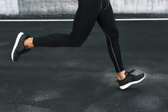 sport Fermez-vous des jambes masculines fonctionnant sur la route dehors Photo stock