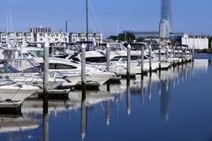 Sport-Fischerboote und Yacht in einem Jachthafen stockbilder